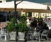 Solo tavoli, sedie e piante nel centro storico di Angri