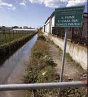 Getta rifiuti nel corso d'acqua: multato, rischia una denuncia