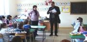 Il Sindaco Mauri va nelle scuole elementari per spiegare l'abbattimento dei pini